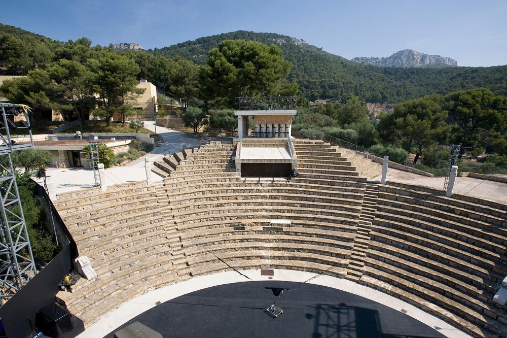 Blog Toulon : Amphithéâtre de Châteauvallon au milieu de la nature, des montagnes et de la forêt. @ Châteauvallon Liberté