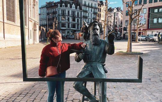Blog Toulon : fille qui voyage et pose à côté d'une statue à Toulon