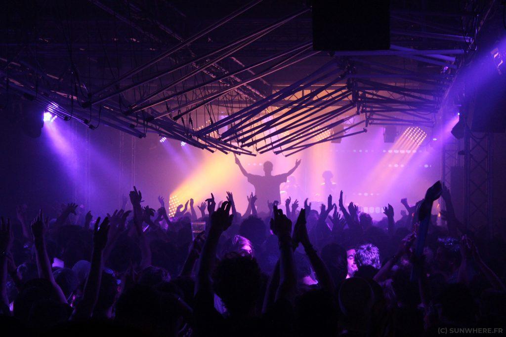Sunwhere : concert de Marsatac à la Friche Belle de Mai avec des lumières violettes et un grand public