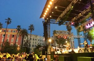 Nice Jazz Festival : public et scène avec un groupe qui joue de la musique live à Nice