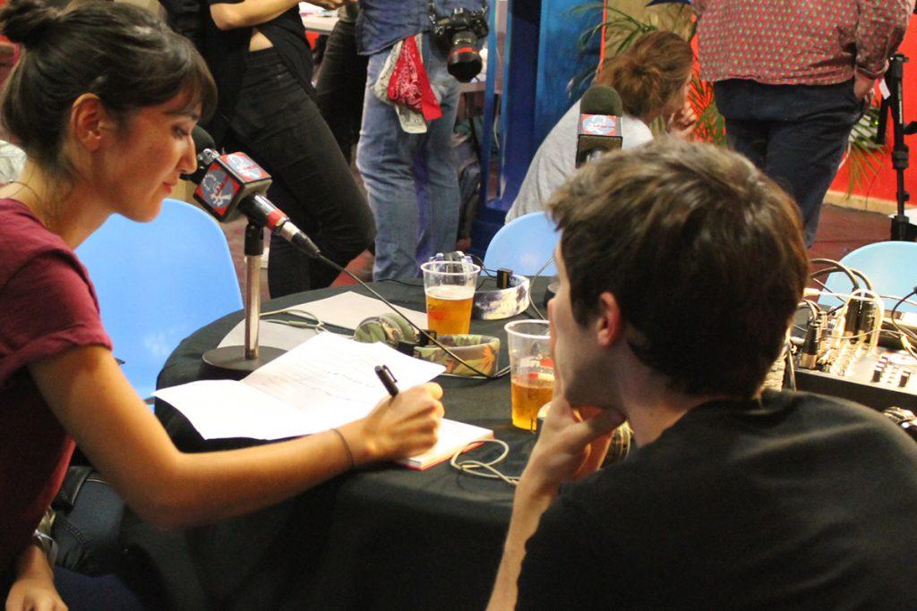 Sunwhere : femme interviewé en direct avec un micro